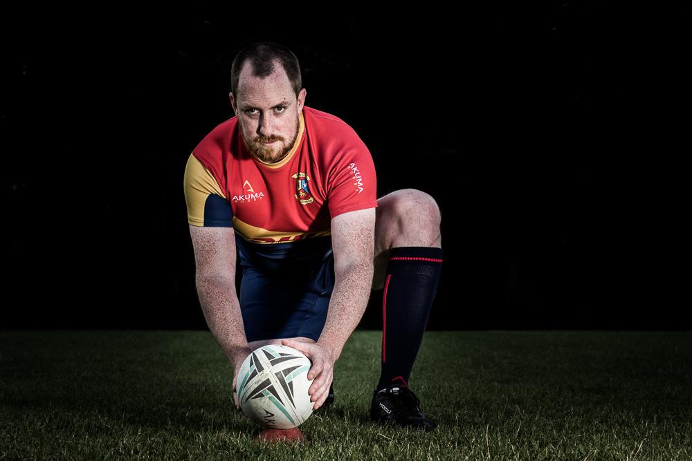 Rugbyspieler legt den Ball zum Kick bereit