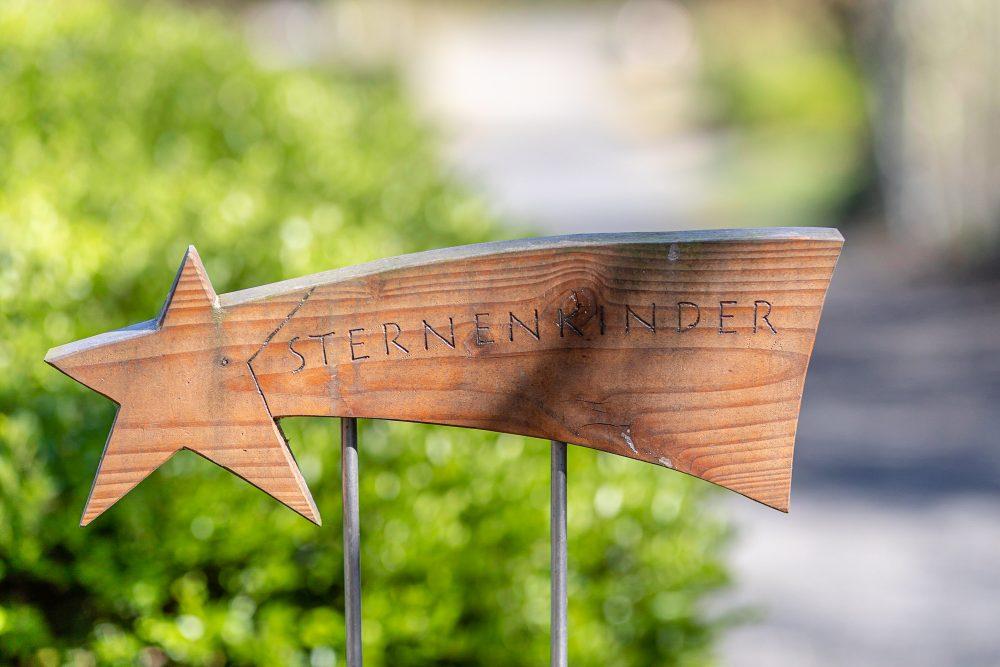 Schild zum Sternenkinder-Feld auf einem Friedhof - Fotografie Stefan Wiede