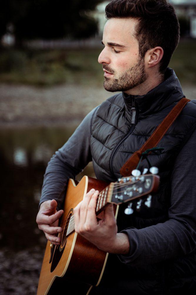 Singer Songwriter Tilman Ringer mit Gitarre