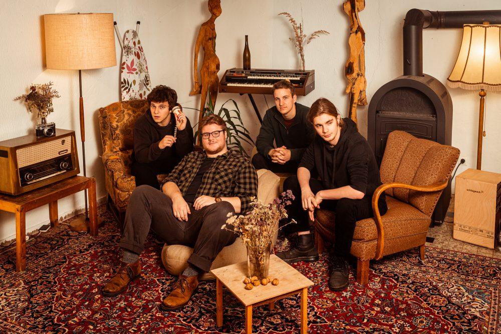 Bandfoto twentyseven im Wohnzimmer Alfter